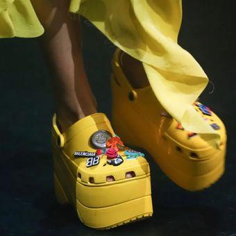 Platform karet kolaborasi Balenciaga dan Crocs.
