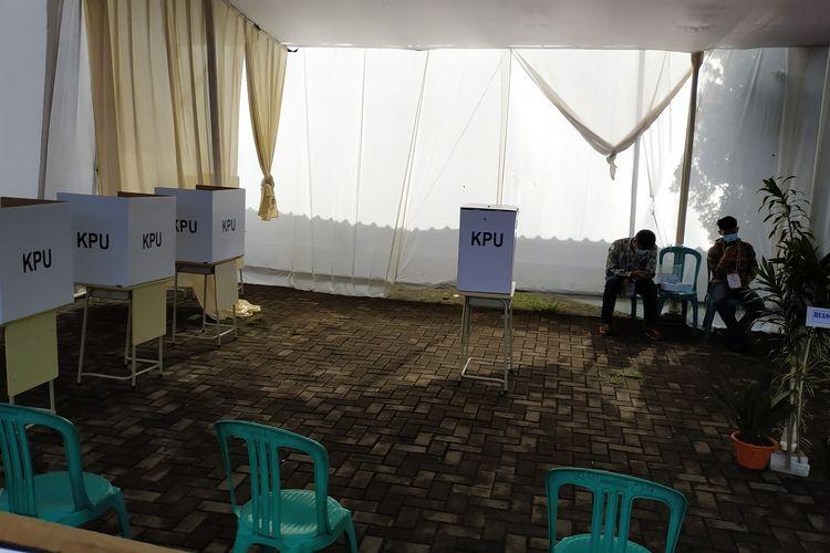 TPS 13 Jatimulya, Cilodong, tampak sederhana ketimbang TPS 14 di sebelahnya di mana calon wali kota Depok petahana Mohammad Idris terdaftar sebagai DPT, Rabu (9/12/2020).