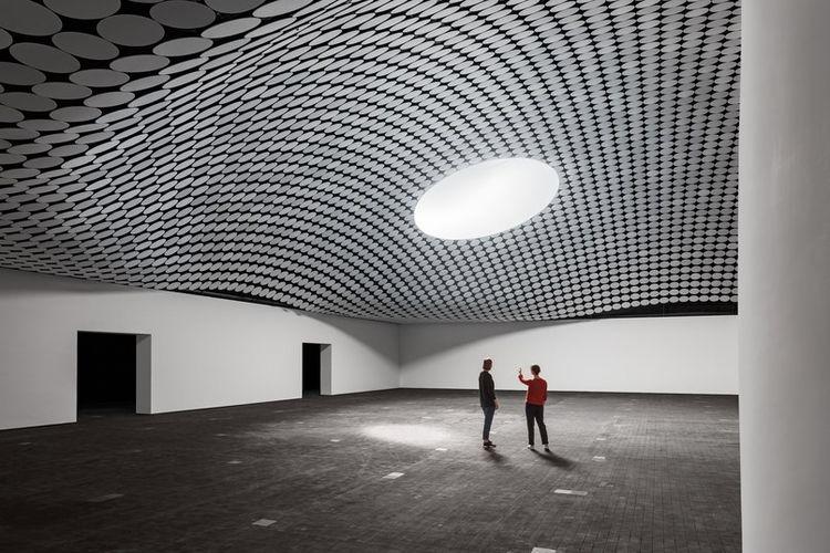 Ruangan di dalam museum. Sinar matahari masuk ke dalam melalui jendea besar pada atap.