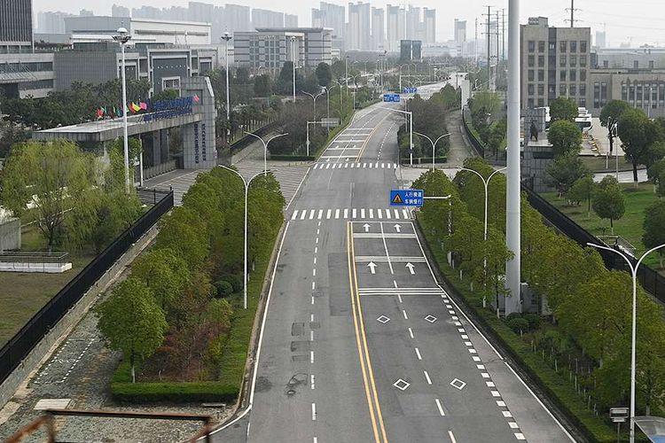 Pemandangan jalanan yang kosong di Wuhan, Provinsi Hubei, China, menyusul pencegahan dari masifnya wabah virus corona atau COVID-19 di wilayah itu,  Minggu (10/3/2020). Kian merajalelanya virus corona (COVID-19) membuat sejumlah kawasan di berbagai belahan dunia yang selama ini dikenal ramai seketika berubah menjadi sepi.