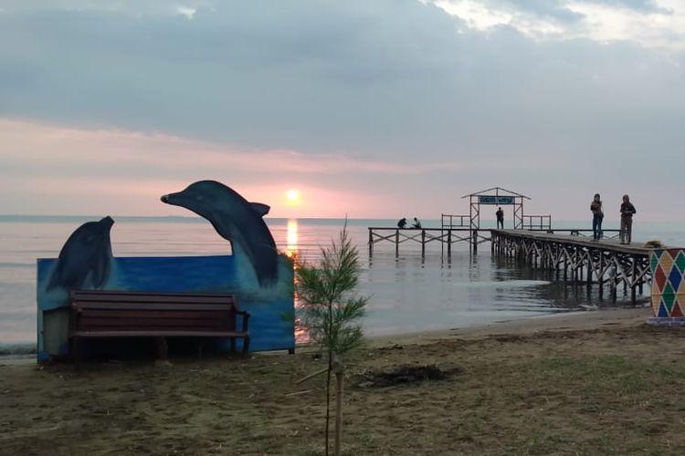 Suasana sunset di pantai Glagah Wangi Istambul, Demak, Jawa Tengah.