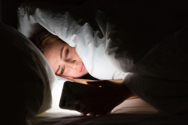 Ilustrasi insomnia, gangguan tidur, sulit tidur. Teknologi telepon layar sentuh, bisa mengganggu jam tubuh, ritme sirkadian yang mengatur siklus tidur manusia.
