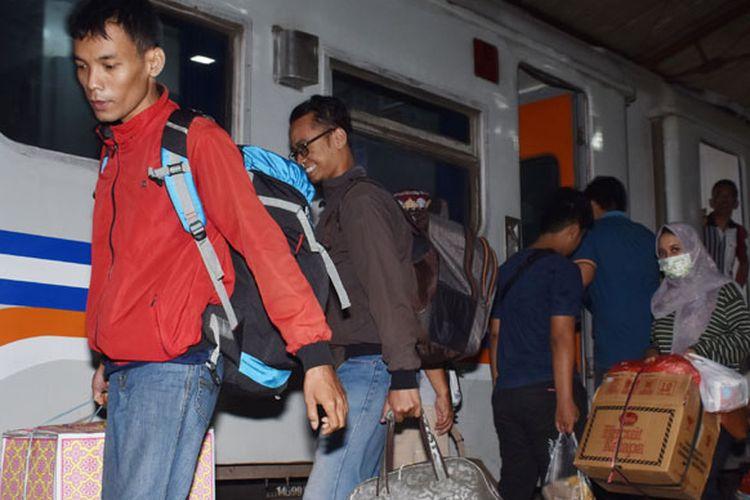 Sejumlah penumpang turun dari Kereta Api (KA) di Stasiun (KA) Madiun, Jawa Timur, Senin (3/6/2019). Pada H-2 Lebaran 2019 bertepatan Senin (3/6/2019) yang diperkirakan merupakan puncak arus mudik Lebaran, Stasiun KA Madiun dipadati penumpang.