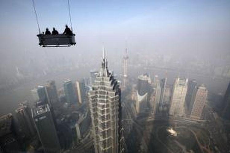 Ilustrasi: Para pekerja bersiap membersihkan jendela Shanghai World Financial Center di daerah Pudong, Shanghai, China. Ekonomi Shanghai diproyeksikan tumbuh sebesar 734 miliar dollar AS selama periode 2013-2030.