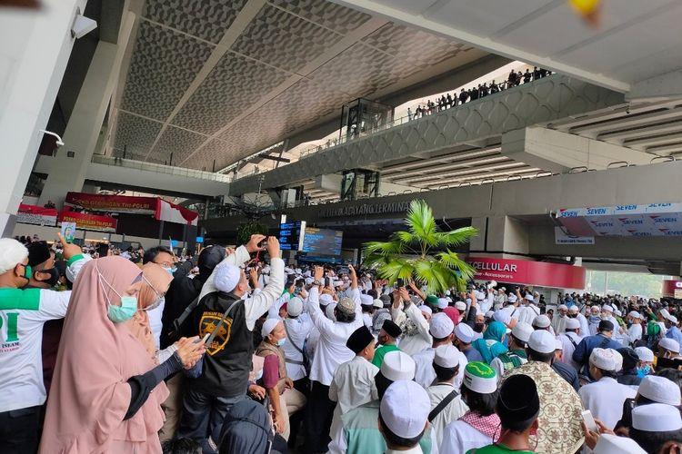 Massa penjemput Rizieq Shihab Padati depan Lobby Terminal 3 Bandara Soekarno-Hatta, Selasa (10/11/2020)