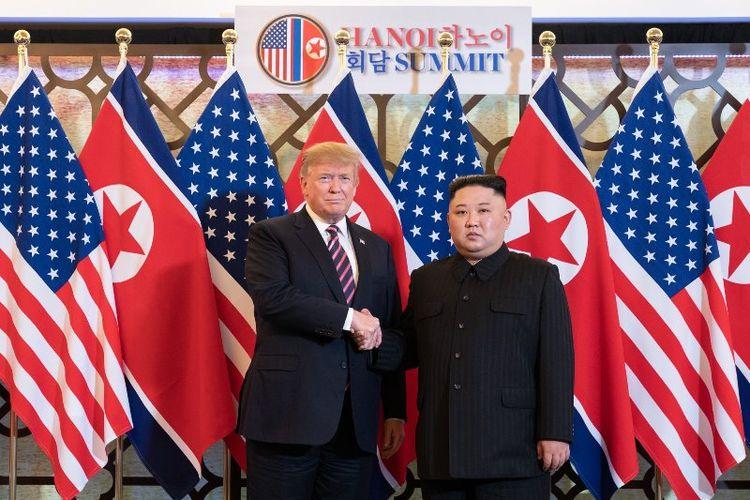 Presiden AS Donald Trump dan pemimpin Korea Utara Kim Jong Un saat mengawali hari kedua KTT di Hanoi, Vietnam, Kamis (28/2/2019). (Twitter/White House)