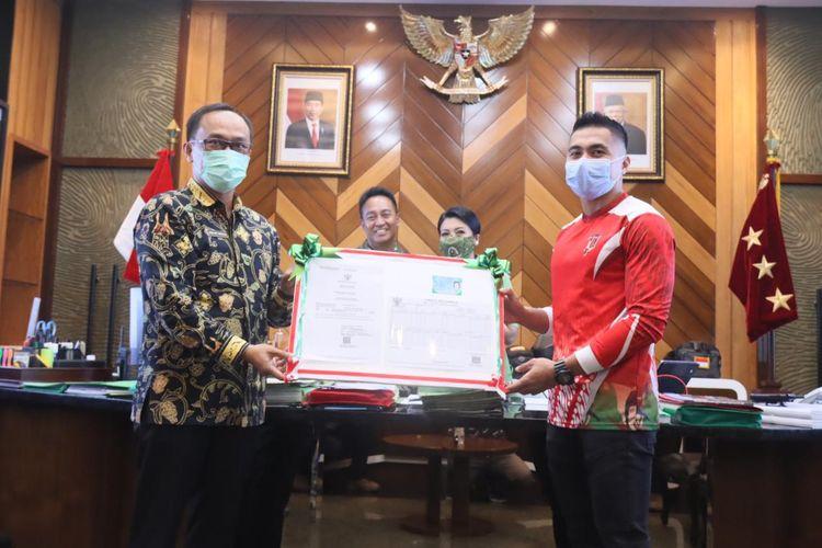Aprilio Perkasa Manganang Terima Dokumen Kependudukan Baru dari Dukcapil Kemendagri di Kantor Kementerian Dalam Negeri, Jakarta, Senin (22/3/2021)