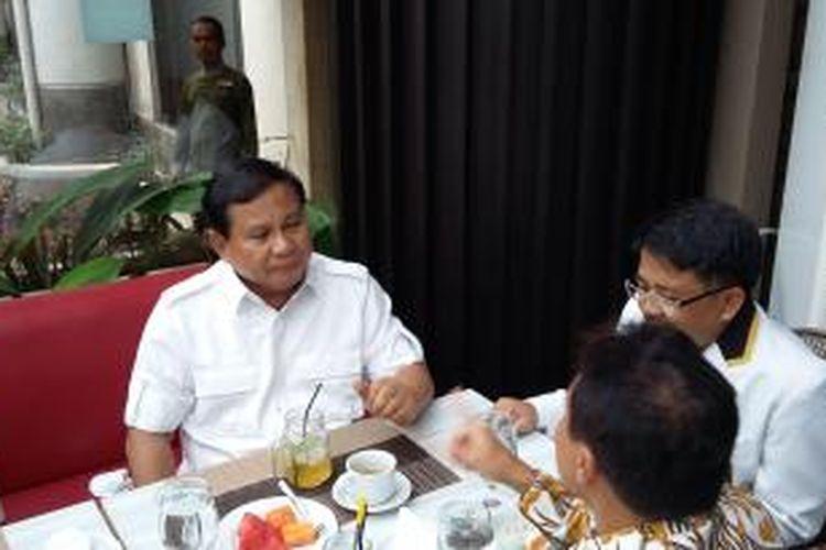 Ketua Umum Partai Gerindra Prabowo Subianto bersama Presiden PKS Sohibul Iman di Rakornas PKS di Hotel Bumi Wiyata Depok, Jawa Barat, Selasa (12/1/2016).