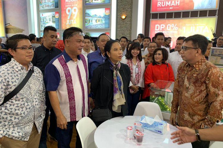 Kunjungan Menteri BUMN, Rini Soemarno ke booth HK Realtindo