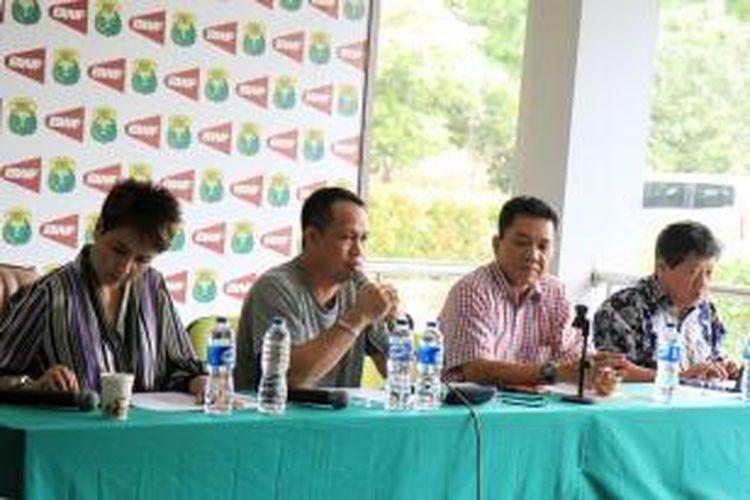 Para pengurus PP PBSI berbicara dalam konferensi pers di Cipayung, Kamis (12/2/2015).