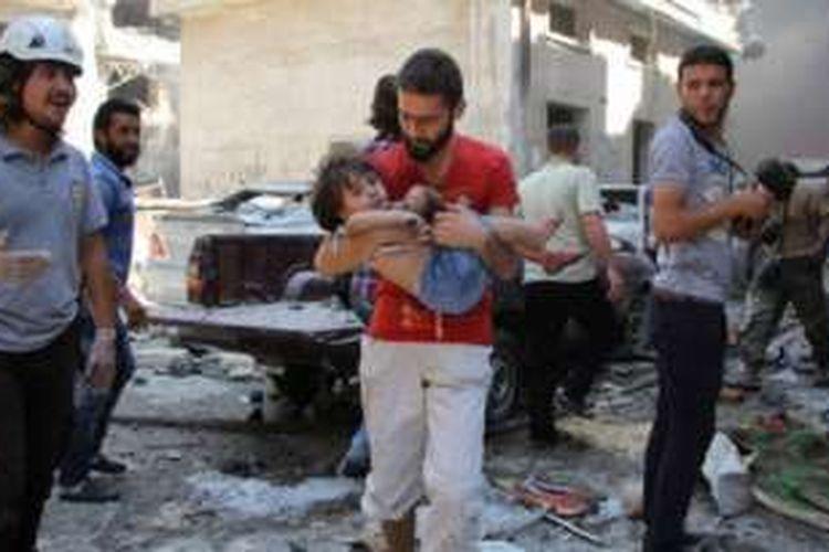 Serangan udara di sebuah pasar di Provinsi Idlib, Suriah, Sabtu (10/9/2016),  telah menewaskan hingga 60 orang, sementara sedikitnya 45 orang tewas akibat serangan udara terjadi di Provinsi Aleppo. Serangan itu terjadi sehari setelah kesepakatan untuk mengakhiri permusuhan.