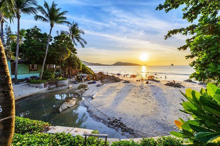 Ilustrasi Thailand - Pemandangan Pantai Patong di Phuket, Thailand.