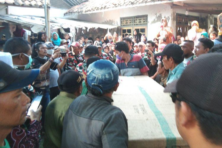 Jenazah Sri Rahayu, pekerja migran Indonesia (PMI) asal Dusun Krajan B, Desa Jayakerta, Kecamatan Jayakerta, Kabupaten Karawang yang meninggal di Malaysia disambut isak tangis keluarga, Rabu (6/11/2019).