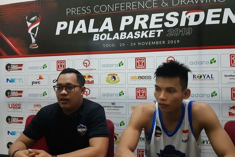 Pelatih Harry Prayogo bersama Fisyaful Amir seusai mampu meraih kemenangan di laga semifinal kontra Satya Wacana Salatiga, Sabtu (23/11/2019).
