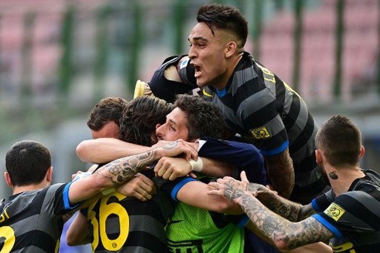 Suasana perayaan gol Matteo Darmian pada laga pekan ke-33 Liga Italia yang mempertemukan Inter Milan vs Hellas Verona di Stadion San Siro, Minggu (25/4/2021).