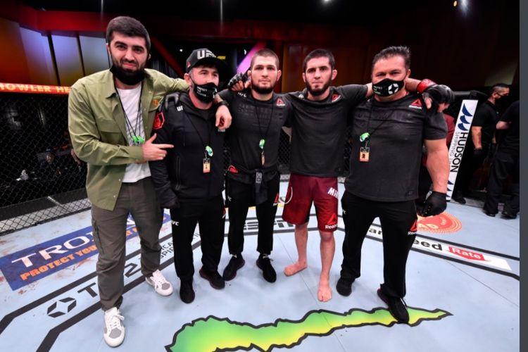Islam Makhachev (kedua dari kanan) meraih kemenangan pada gelaran UFC 259 atas Drew Dober, Minggu (7/3/2021) di UFC Apex, Las Vegas, Amerika Serikat. Dia ditemani oleh Khabib Nurmagomedov (tengah).