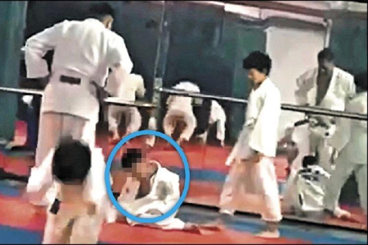 Huang (dilingkari) bocah 7 tahun di Taiwan yang koma setelah dibanting 27 kali saat latihan Judo.