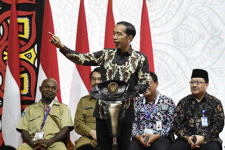 Presiden Joko Widodo (tengah) menyampaikan arahan saat menghadiri Rembuk Nasional Pendidikan dan Kebudayaan Tahun 2109 di Depok, Jawa Barat, Selasa (12/2/2019). Presiden memerintahkan Kemendikbud memperbanyak jumlah guru terampil guna mempersiapkan sumber daya manusia Indonesia yang memiliki keahlian serta keterampilan dan mampu bersaing dengan negara lain. ANTARA FOTO/Puspa Perwitasari/wsj.