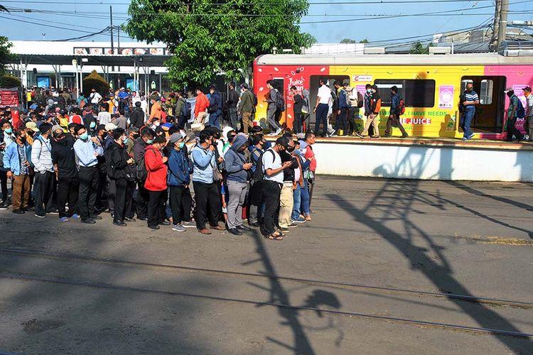 Sejumlah penumpang KRL Commuter Line gantre menunggu kedatangan kereta di Stasiun Bogor, Jawa Barat, Senin (13/4/2020). Antrean panjang penumpang KRL Commuter Line di Stasiun Bogor tersebut akibat kebijakan pemeriksaan suhu tubuh dan pembatasan jumlah penumpang di setiap rangkaian kereta sebagai tindakan pencegahan penyebaran wabah pandemi virus Corona (COVID-19).