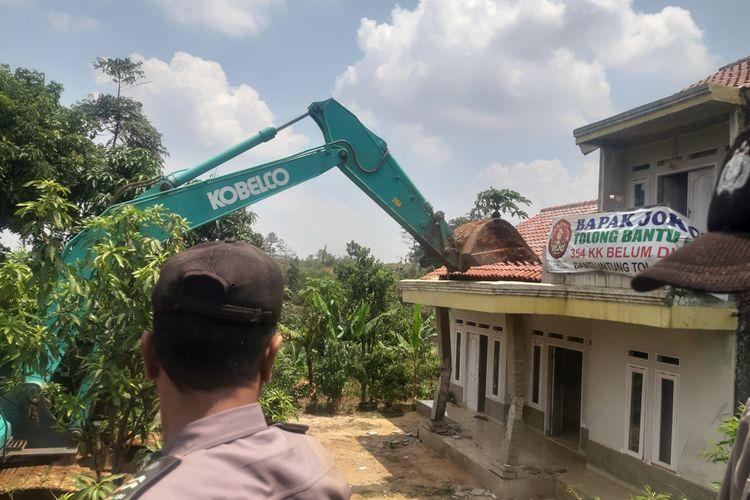 Ai, warga Ciherang, Sumedang, Jawa Barat menangis histeris saat rumah miliknya yang terimbas proyek Tol Cisumdawu dieksekusi, Kamis (21/11/2019) siang. AAM AMINULLAH/KOMPAS.com