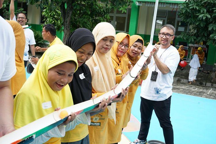 Kunjungan karyawan dan mitra kerja Paddle Pop dalam campaign #PaddlePopMainYuk ke sekolah dasar pada sembilan kota di Indonesia.