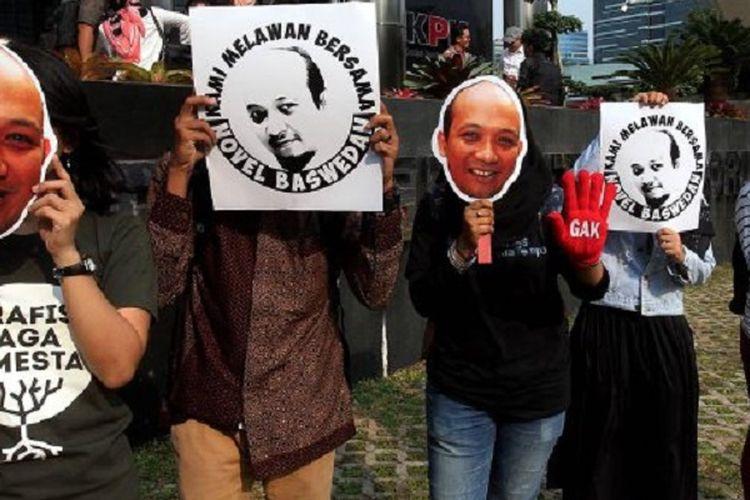 Sejumlah aktivis dari Koalisi Masyarakat Sipil melakukan aksi mengecam aksi kekerasan terhadap Novel Baswedan di depan gedung Komisi Pemberantasan Korupsi (KPK), Jakarta, Selasa (11/4). Mereka dengan membawa gambar wajah Novel meminta pemerintah untuk mengusut tuntas kekerasan tersebut.