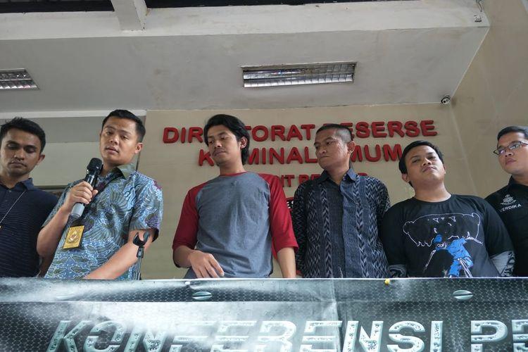 Mahasiswa perguruan tinggi negeri di Bandung bernama Hatif (tiga dari sebelah kiri) dan mahasiswa perguruan tinggi asal Jakarta bernam Nabil (dua dari sebelah kanan) di Polda Metro Jaya, Jakarta Selatan, Jumat (27/9/2019).