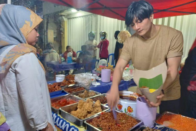 Doddy Angga Andrianto saat jualan nasi kuning di Jalan Lambung, Samarinda, Kaltim, Jumat (8/4/2021).