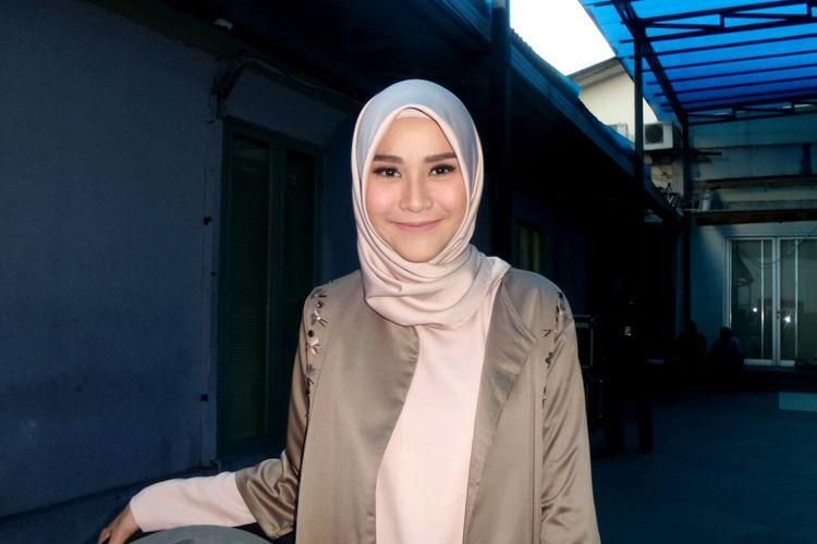 Artis peran Zaskia Adya Mecca saat berpose di gedung Trans, Tendean, Jakarta Selatan, Senin (28/8/2017).