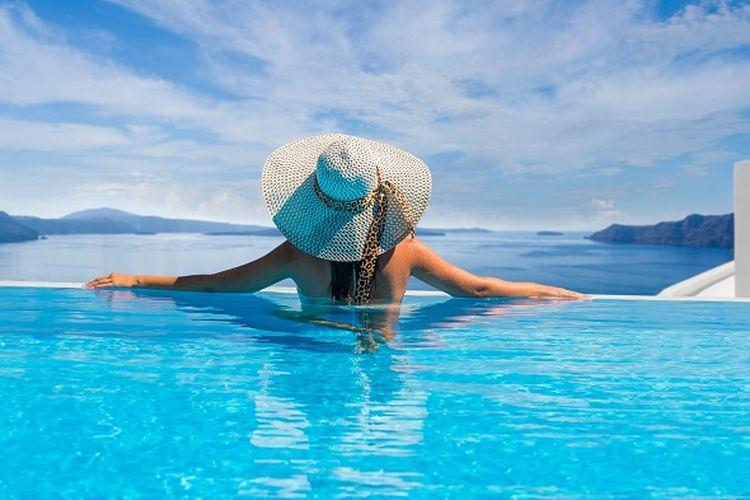 Seorang wanita sedang berenang di kolam renang