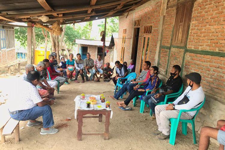 Calon Bupati TTU Kristiana Muki (Ketiga dari kanan) bersama suami Raymundus Sau Fernandez (Kiri membelakangi kamera) dijamu minum teh olah warga di sekitar tempat pemungutan suara