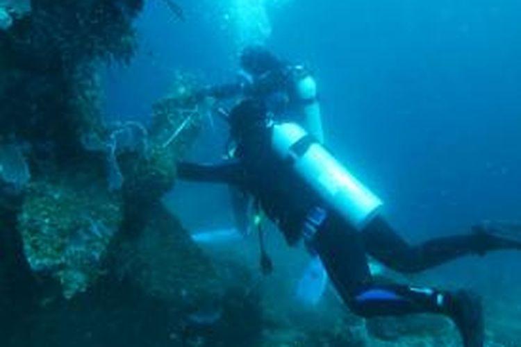 Tim Balai Pelestarian Cagar Budaya Gorontalo melakukan pengukuran bangkai kapal Jepang yang karam di teluk Gorontalo.