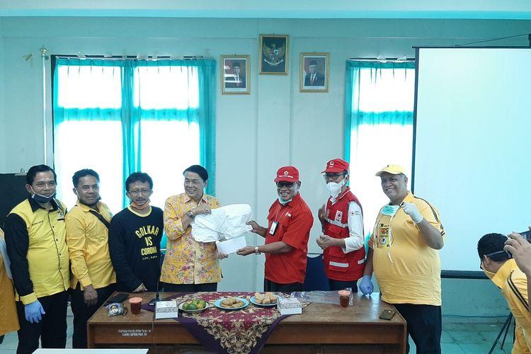 Ketua PMI Gunungkidul Iswandoyo (Baju Merah) Menerima Bantuan APD dari Anggota DPR RI Gandung Pardiman di Kantor PMI Gunungkidul Selasa (7/4/2020)