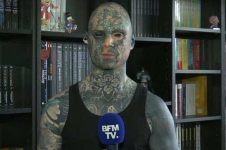 Seorang guru TK di Perancis, Sylvain, terancam kehilangan pekerjaannya karena mendapat protes dari orang tua murid akibat tato di seluruh tubuhnya.