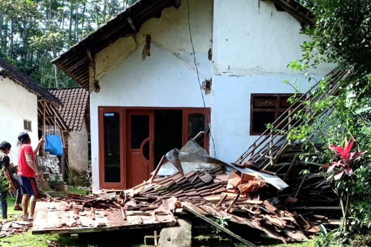 Teras rumah warga di Kecamatan Selopuro, Kabupaten Blitar, Jawa Timur roboh akibat gempa bumi yang berpusat di selatan Kabupaten Malang, Sabtu (10/4/2021)