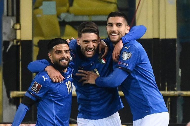 Penyerang Italia, Domenico Berardi merayakan golnya dengan Lorenzo Insigne dan Lorenzo Pellegrini setelah mencetak gol pembuka pada laga Kualifikasi Piala Dunia kontra Irlandia Utara di Stadion Ennio-Tardini, Parma, Jumat (26/3/2021) dini hari WIB.