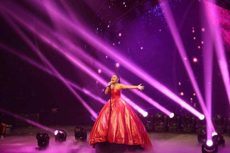 Maria Simorangkir menyanyikan lagu My Heart Will Go On milik Celine Dion di panggung grand final Indonesian Idol 2018 di Ecovention Ancol, Jakarta Utara, Senin (16/4/2018).