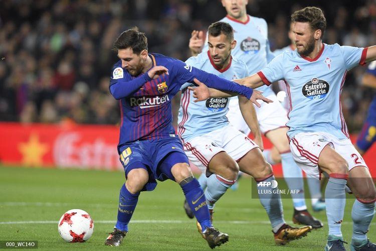 Lionel Messi (kiri) bersaing dengan bek Spanyol Celta Vigo Jonny Castro (tengah) dan bek Spanyol Celta Vigo Sergi Gomez (kanan) selama putaran 16 pertandingan leg kedua Copa del Rey (Piala Raja) Spanyol FC Barcelona vs RC Celta de Vigo di stadion Camp Nou di Barcelona pada 11 Januari 2018.