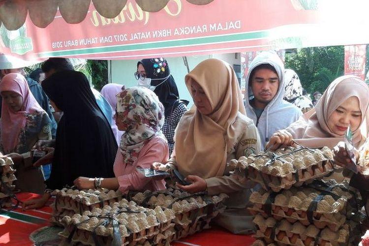 Warga masyarakat belanja telur ayam saat bazar komoditas pangan pokok di Gerai TTI, Pontianak. Bazar digelar pada 18-19 Desember 2017.