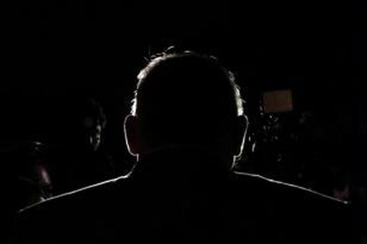 Pelaksana tugas Ketua KPK Taufiqurachman Ruki menjawab pertanyaan wartawan saat akan meninggalkan Gedung KPK, Jakarta, Senin (2/3/2015). Sebelumnya, Ruki dalam konferensi pers menyatakan akan melimpahkan kasus Budi Gunawan kepada kepolisian lewat tangan Kejaksaan dengan alasan efektivitas.