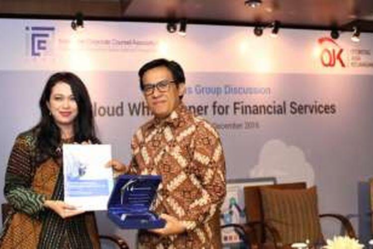 Perwakilan ICCA menyerahkan kajian dan plakat kepada Fithri Hadi, Direktur Sistem Informasi dan Operasional OJK, sebagai dukungan terhadap penerapan komputasi awan di sektor jasa keuangan