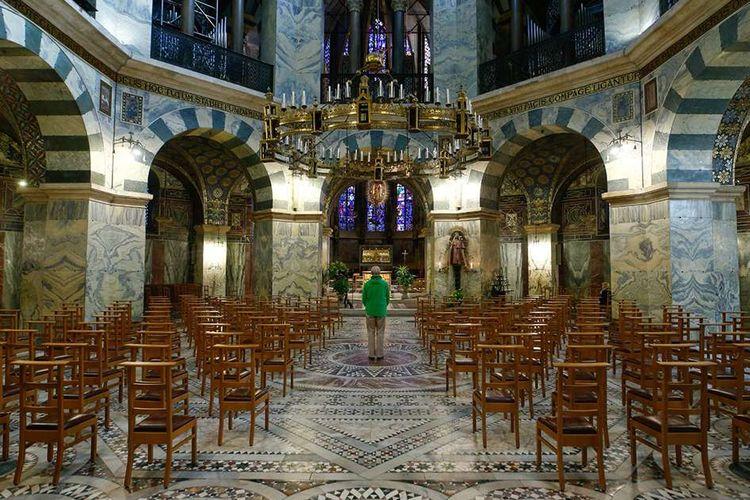 Seorang pria berdoa di katedral di Aachen, Jerman, Rabu (25/3/2020), saat penyebaran penyakit virus corona (COVID-19) masih terus berlanjut di negara tersebut.