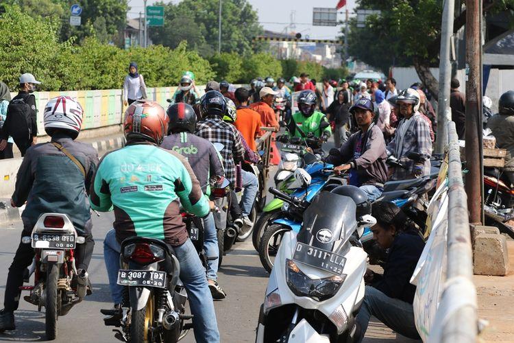 Para pengendara motor melawan arah di dekat Stasiun Pasar Minggu, Jakarta Selatan, Selasa (19/11/2019).