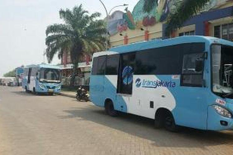 Dua Bus Kota Terintegrasi Bus Transjakarta (BKTB) yang terparkir di Halte Fresh Market Pantai Indah Kapuk, Jakarta pada Senin (4/1/2016)