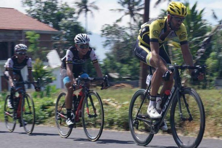 Sebanyak 99 pembala dari 21 negara mengikuti International Tour de Banyuwangi Ijen 2016. Pada etape yang pertama,  para pembalap menempuh rute sepanjang 171 km