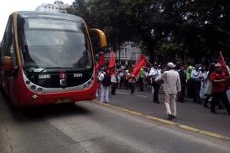 Bus Transjakarta masih beroperasi saat rombongan pendukung Jokowi-JK konvoi ke HI