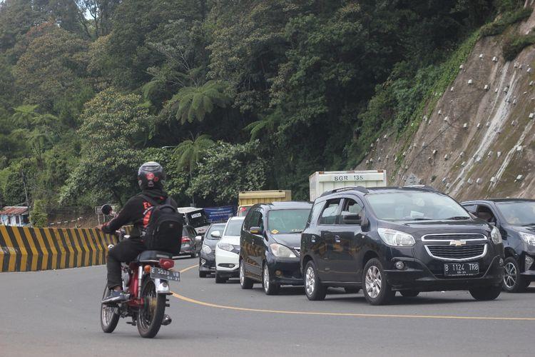 Kemacetan kendaraan di jalur Puncak Cianjur, Jawa Barat