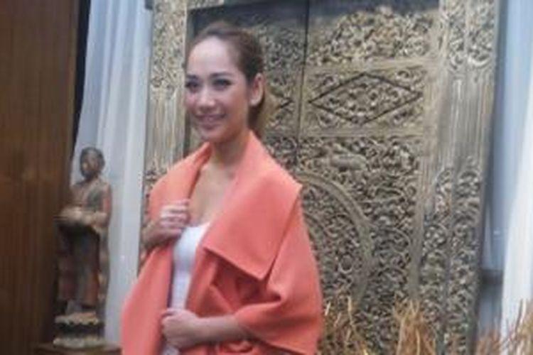 Bunga Citra Lestari diabadikan usai jumpa pers peluncuran single terbaru, 'Wanita Terbahagia', di Hotel Icon Kemang, Jakarta Selatan, Senin (27/4/2015).
