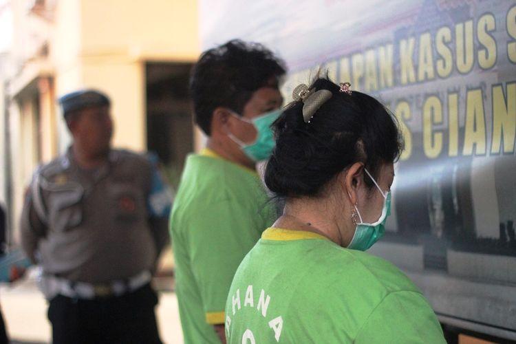 Pasangan suami istri (pasutri), AS (47) dan AS (46) diamankan di Polres Cianjur, Jawa Barat, Sabtu (16/11/2019) atas dugaan keterlibatan kasus tindak pidana perdagangan orang (TPPO).
