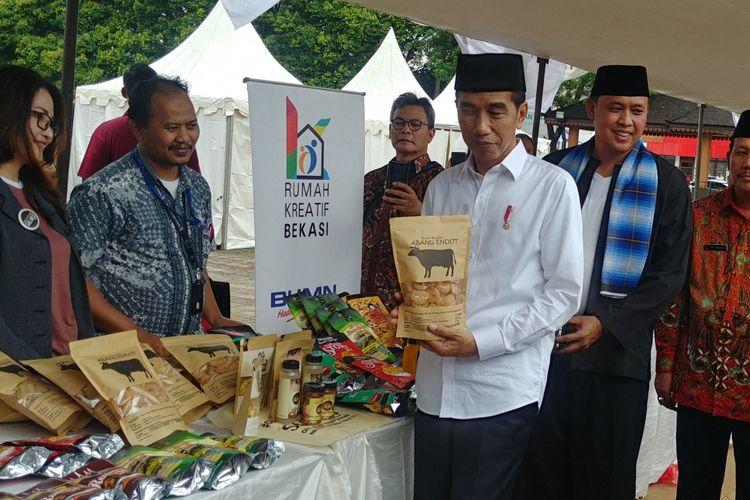 Presiden Joko Widodo meninjau program Membina Ekonomi Keluarga Sejahtera (Mekaar) binaan PT Permodalan Nasional Madani (PNM) di Alun-Alun Kota Bekasi, Jumat (25/1/2019).